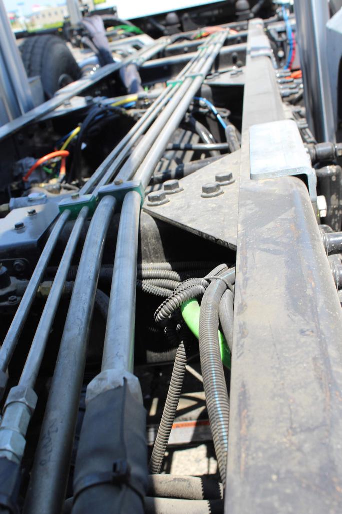 Tri-axle-On-Trux-rolloff-or-roll-off-system-galvanized-International-HX-(14)