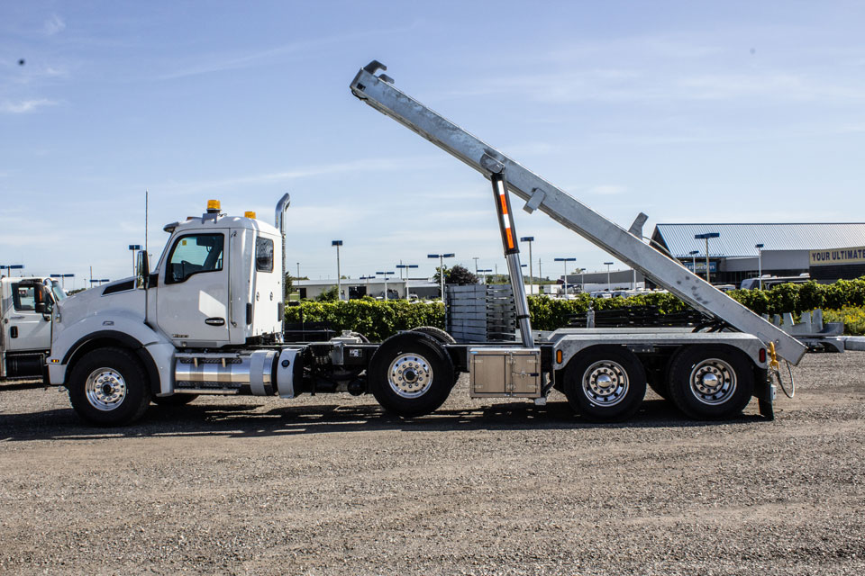 KENWORTH T880 Tri Axle On Trux Roll Off System)