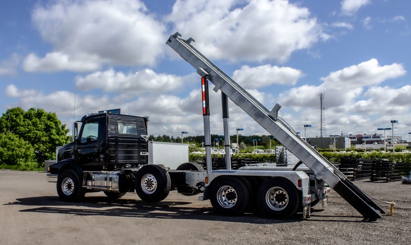 VOLVO VHD TRI AXLE ON TRUX ROLL OFF (4)