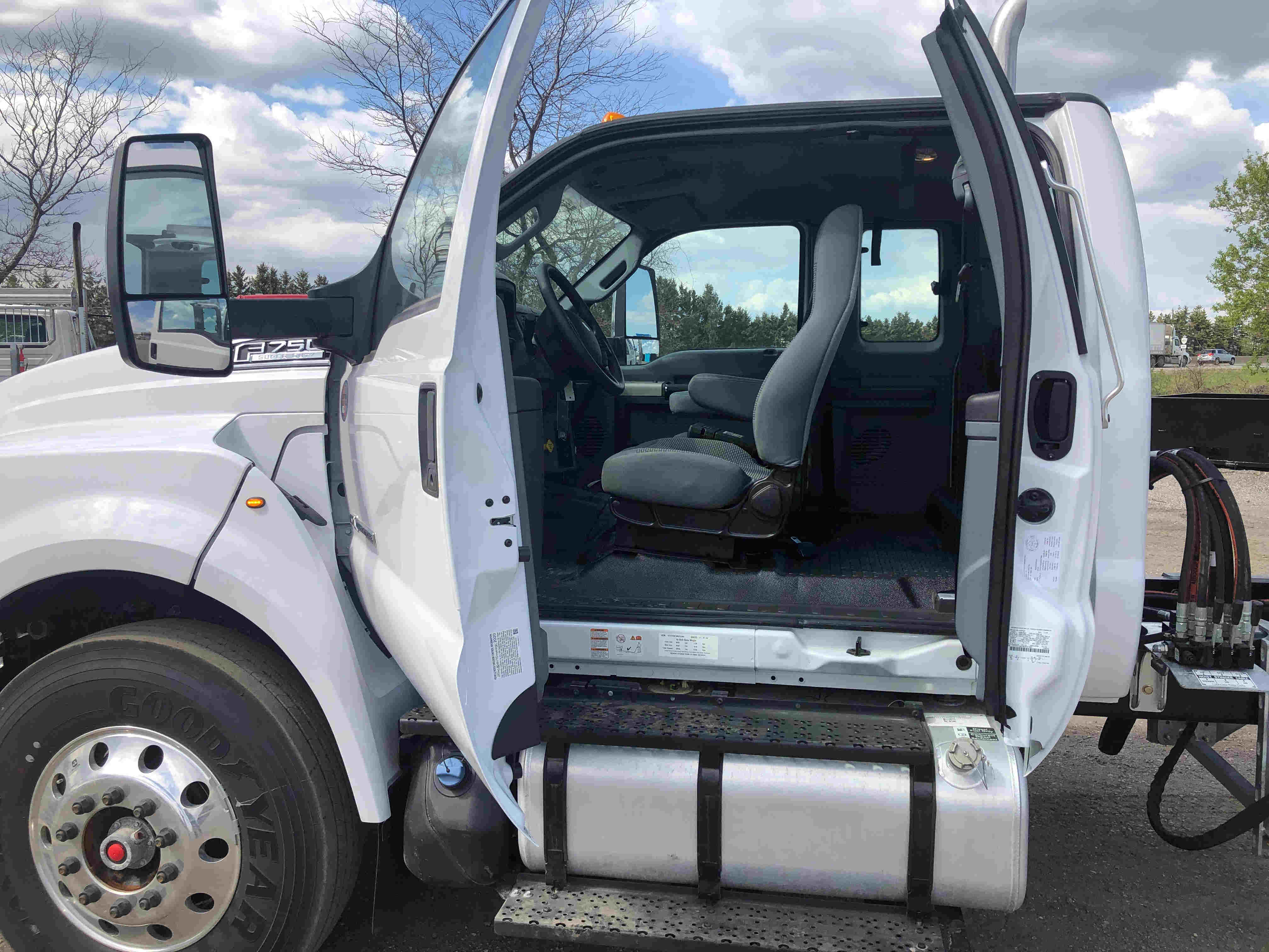 2021 Ford F750 12 On Trux System White (9)